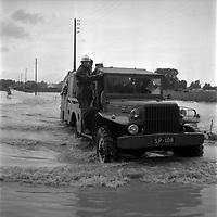 14 septembre 1963. Scène d'inondation : vue d'ensemble jeep des pompiers traversant la zone en crue,