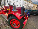 Stary samochód pożarniczy na ulicy Mostowej na krakowskim Kazimierzu.