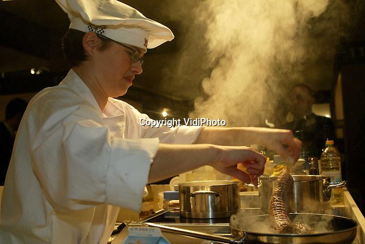 Foto: VidiPhoto..MAASTRICHT - De beste vrouwelijke chef-kok van Nederland heet vanaf woensdag Bianca Janssen (foto). De kok van restaurant Tout a Fait in Maastricht won tijdens een rechtstreeks duel in de finale van Patricia Snijders van restaurant Het Weeshuis uit Geertruidenberg. Ze mag een jaar lang de titel van Ernest & Julio Gallo 'Ladies Only' Chef Competition dragen. In totaal streden acht dames drie dagen lang op de European Fine Food Fair in Maastricht om de felbegeerde prijs.