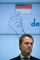 """Berlin, Bundesgesundheitsminister Daniel Bahr (FDP) steht am Donnerstag (31.05.13) im Gesundheitsministerium bei einer Pressekonferenz zum Start einer neuen Organspendekampagne unter dem Motto """"Das trägt man heute: den Organspendeausweis"""". Foto: Steffi Loos/CommonLens"""