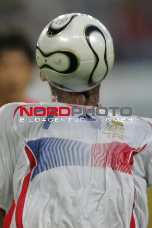 FIFA WM 2006 -  Gruppe D  Vorrunde ( Group D )<br /> Play   #29 (18-Jun) - Frankreich - Korea 1:1<br /> <br /> Florent Malouda von Frankreich kopflos.<br /> Florent Malouda hat den Ball direkt vor dem Gesicht.<br /> <br /> Foto &copy; nordphoto