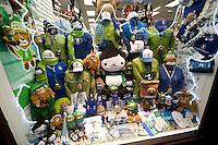 Olympiastadt Vancouver 2010..Olympische Souvenirs wie Maskottchen und Kleidung in einem der zahlreichen Souvenirshops.