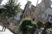Scai, Amatrice, 26 Agosto 2016.<br /> Militari tra gli edifici crollati a Scai, frazione di Amatrice. <br /> L'Italia &egrave; stata colpita da un potente, terremoto di 6,2 magnitudo nella notte del 24 agosto, 2016, che ha ucciso almeno 290 persone .<br /> Soldiers between collapsed buildings in Scai ,earthquake in central Italy was struck by a powerful, 6.2-magnitude earthquake in the night of August 24, 2016, Which has killed at least 290 people and devastated hundreds of houses.