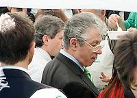 Il leader della Lega Nord Umberto Bossi, destra, ed il sindaco di Roma Gianni Alemanno seduti al tavolo per un pranzo all'aperto di fronte a Montecitorio, Roma, 6 ottobre 2010, in segno di riappacificazione dopo le polemiche dei giorni scorsi in seguito ad una battuta di Bossi sui romani..UPDATE IMAGES PRESS/Riccardo De Luca