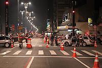 """FOTO EMBARGADA PARA VEICULOS INTERNACIONAIS. SAO PAULO, SP, 19-11-2012, ACIDENTE PERSEGUICAO. Umacidente interditou completamente a Av. Paulista altura da Rua Bela Cintra. Uma viatura da policia que estava em um """"acompanhamento"""" sofreu uma colisao lateral e capotou, parando somente sobre a calcada, os PMs foram socorridos. FOTO: LG/ Brazil Photo Press."""