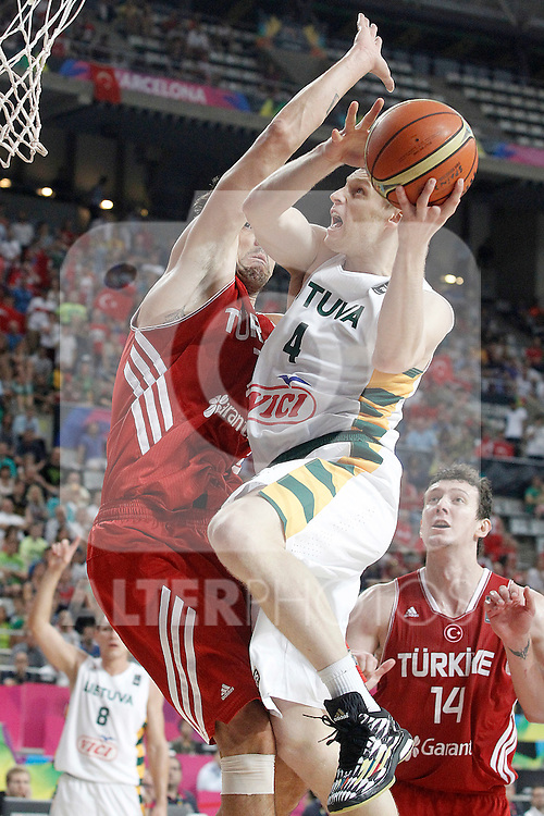 Lithuania's Martynas Pocius (r) and Turkey's Kerem Gonlum during 2014 FIBA Basketball World Cup Quarter-Finals match.September 9,2014.(ALTERPHOTOS/Acero)