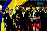 MEDELLÍN-COLOMBIA, 06-11-2019: Jugadores de Deportivo Independiente Medellín, se toman una selfie como campeones, después de vencer al Deportivo Cali, al final de partido de vuelta entre Deportivo Independiente Medellín y Deportivo Cali, por la final de la Copa Águila 2019, en el estadio Atanasio Girardot de la ciudad de Medellín. / Players of Deportivo Independiente Medellín, take a selfie as champions, after winning to Deportivo Cali, in the final of the second leg between Deportivo Independiente Medellín and Deportivo Cali,at the end of the second leg match between Deportivo Independiente Medellín and Deportivo Cali, for the final of the 2019 Aguila Cup, at the Atanasio Girardot stadium in Medellin city. / Photo: VizzorImage  / Nelson Ríos / Cont.