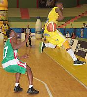 BUCARAMANGA -COLOMBIA, 22-03-2013. el jugador Brooks (izq) de Búcaros Freskaleche disputa el balón con Cacci J (der) de Águilas de Tunja durante el  partido de la décima séptima fecha de la Liga DirecTV de baloncesto profesional colombiano disputado en la ciudad de Bucaramanga./ Bucaros Freskaleche faced to Águilas de Tunja  in game of the seventeenth date of the DirecTV League of professional Basketball of Colombia at Bucaramanga city. Photos: VizzorImage / Jaime Moreno /CONT