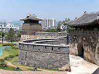 Seobukgongsimdon-Pavillon und Nordtor Hwaseomun der Festung von Suwon, Provinz Gyeonggi-do, Südkorea, Asien, Unesco-Weltkulturerbe<br /> pavilion Seobukgongsimdon and northgate Hwaseomun of fortress Hwaseong, Suwon, Province Gyeonggi-do, South Korea Asia, UNESCO World-heritage