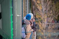 Feierlichkeit zum 30. Jahrestag des Mauerfall am 10. November 2019 an der Glienicker Bruecke. Die Bruecke zwischen Potsdam und Berlin wurde am 10. November 1989 fuer DDR-Buerger geoeffnet.<br /> Im Bild: Ein Paar umarmt sich auf der Bruecke.<br /> 10.11.2019, Berlin<br /> Copyright: Christian-Ditsch.de<br /> [Inhaltsveraendernde Manipulation des Fotos nur nach ausdruecklicher Genehmigung des Fotografen. Vereinbarungen ueber Abtretung von Persoenlichkeitsrechten/Model Release der abgebildeten Person/Personen liegen nicht vor. NO MODEL RELEASE! Nur fuer Redaktionelle Zwecke. Don't publish without copyright Christian-Ditsch.de, Veroeffentlichung nur mit Fotografennennung, sowie gegen Honorar, MwSt. und Beleg. Konto: I N G - D i B a, IBAN DE58500105175400192269, BIC INGDDEFFXXX, Kontakt: post@christian-ditsch.de<br /> Bei der Bearbeitung der Dateiinformationen darf die Urheberkennzeichnung in den EXIF- und  IPTC-Daten nicht entfernt werden, diese sind in digitalen Medien nach §95c UrhG rechtlich geschuetzt. Der Urhebervermerk wird gemaess §13 UrhG verlangt.]