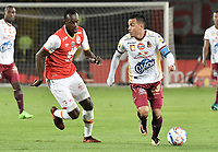 BOGOTÁ - COLOMBIA, 09-12-2017: Baldomero Perlaza (Izq.) jugador de Santa Fe disputa el balón con Santiago Montoya (Der.) jugador del Tolima durante el encuentro entre Independiente Santa Fe y Deportes Tolima por la semifinal vuelta de la Liga Aguila II 2017 jugado en el estadio Nemesio Camacho El Campin de la ciudad de Bogotá. / Baldomero Perlaza (L) player of Santa Fe struggles for the ball with Santiago Montoya (R) player of Tolima during match between Independiente Santa Fe and Deportes Tolima for the second leg semifinal of the Aguila League II 2017 played at the Nemesio Camacho El Campin Stadium in Bogota city. Photo: VizzorImage/ Gabriel Aponte / Staff