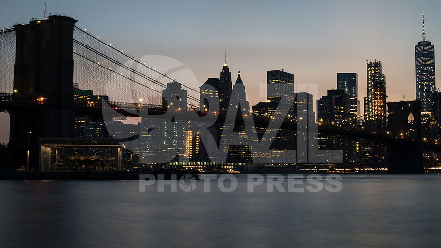 NEW YORK, EUA, 23.08.2017 - TURISMO-NEW YORK - Vista da ponte do Brooklyn em Manhattan na cidade de New York na noite desta quarta-feira, 23. (Foto: William Volcov/Brazil Photo Press)