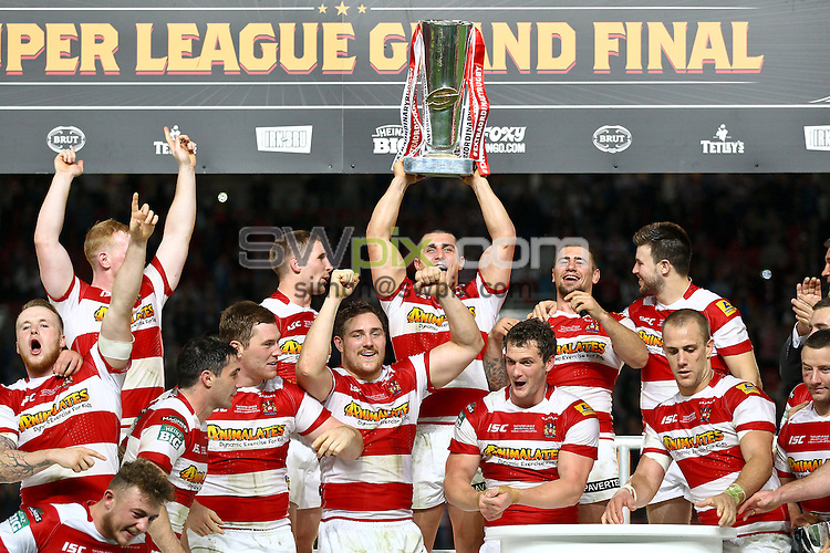 Picture by Alex Whitehead/SWpix.com - 05/10/2013 - Rugby League - Super League Grand Final 2013 - Warrington Wolves v Wigan Warriors - Old Trafford, Manchester, England - Wigan players celebrate with the trophy.