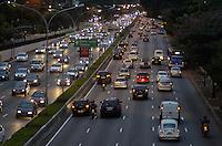 SAO PAULO, SP, 02 DE JULHO DE 2013 – TRÂNSITO EM SÃO PAULO: Trânsito na Av. 23 de Maio, próximo ao Parque do Ibirapuera, zona sul de São Paulo na tarde desta terça feira (02). FOTO: LEVI BIANCO - BRAZIL PHOTO PRESS.