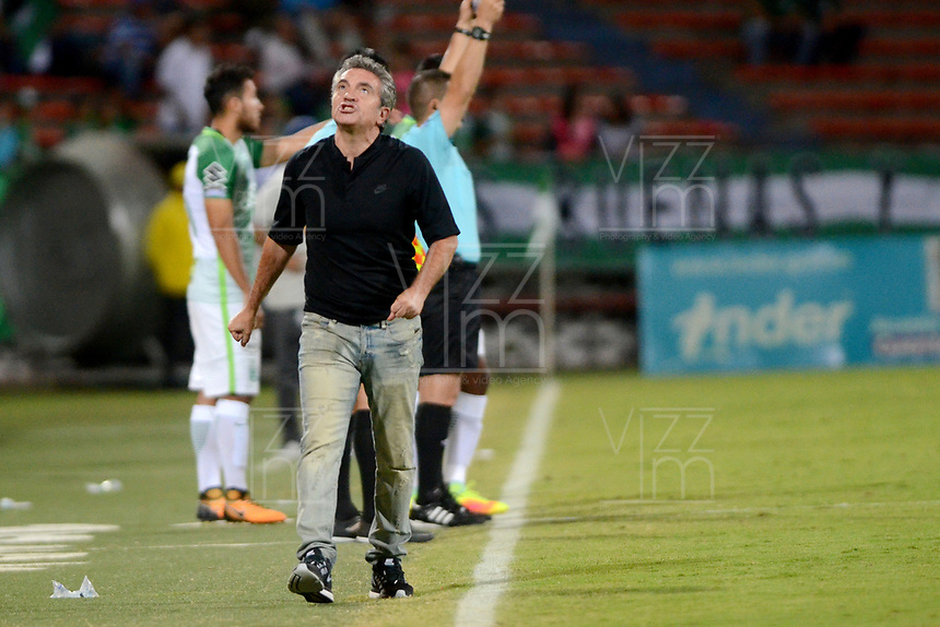 MEDELLÍN - COLOMBIA, 27-09-2017: Juan Manuel Lillo técnico de Atlético Nacional gesticula durante partido con Cortuluá  por la fecha 16 de la Liga Águila II 2017 jugado en el estadio Atanasio Girardot de la ciudad de Medellín. / Juan Manuel Lillo coach of Atletico Nacional gestures match against Cortulua  for the date 16 of the Aguila League II 2017 at Atanasio Girardot stadium in Medellin city. Photo: VizzorImage/León Monsalve/Cont
