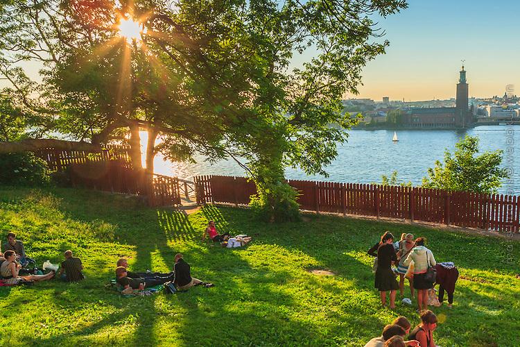 Människor har picknick i Ivar Los park vid Monteliusvägen på Mariaberget i Stockholm