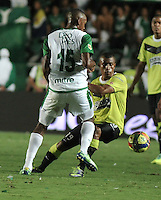 CALI- COLOMBIA -11 -12-2013: John Viafara (Izq.), jugador de Deportivo Cali disputa el balón con Farid Diaz (Der.) jugador del Atletico Nacional en durante del partido de ida por la final de la Liga Postobon II-2013, jugado en el estadio Pascual Guerrero de la ciudad de Cali. / John Viafara (L), player of Deportivo Cali vies for the balla with Farid Diaz (R) player of Atletico Nacional during a match for finals of the Postobon Leaguje II-2013 at the Pascual Guerrero Stadium in Cali city, Photo: VizzorImage  / Luis Ramirez / Staff.