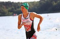 Charlotte Lang (Team Naunheim) kommt als Erste aus dem Wasser und wechselt zum Rad - Mörfelden-Walldorf 15.07.2018: 10. MöWathlon