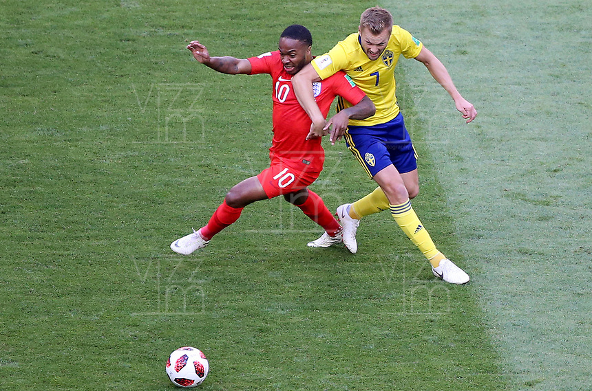 SAMARA - RUSIA, 07-07-2018: Sebastian LARSSON (Der) jugador de Suecia disputa el balón con Raheem STERLING (Izq) jugador de Inglaterra durante partido de cuartos de final por la Copa Mundial de la FIFA Rusia 2018 jugado en el estadio Samara Arena en Samara, Rusia. / Sebastian LARSSON (R) player of Sweden fights the ball with Raheem STERLING (L) player of England during match of quarter final for the FIFA World Cup Russia 2018 played at Samara Arena stadium in Samara, Russia. Photo: VizzorImage / Julian Medina / Cont