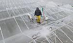 Foto: VidiPhoto<br /> <br /> BEMMEL &ndash; Ieder zonnestraaltje telt bij aardbeienkweker Royal Berry in Bemmel, met 19 ha. onder glas en onder plastic de grootste teler van Gelderland. En daarom wordt woensdag door een gespecialiseerd bedrijf de zogenoemde roeien tussen het glas met hoge druk schoon gemaakt van mosaanslag. Mos vervuilt het glas en neemt licht weg. Meer licht is meer opbrengst. Schoonmaken achter de komma, noemt Royal Berry dat. Ook in de kassen worden de laatste puntjes op de i gezet. De nieuwe kassen van de kweker gebruiken 60 procent minder energie, terwijl de gevels zijn voorzien van lichtdoorlatende energieplaten. Over enkele weken worden bij Royal Berry in kassengebied Next Garden de eerste aardbeien geoogst.