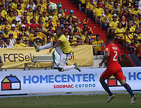 BARRANQUILLA -COLOMBIA, 10-NOVIEMBRE-2016. Orlando Berrio (Izq.) jugador de Colombia disputa el balón con Eugenio Mena (Der.) de Chile durante el  encuentro  por las eliminatorias al mundial de Rusia 2018  disputado en el estadio Metropolitano Roberto Meléndez de Barranquilla./ Orlando Berrio (R) Colombia player fights for the ball with Eugenio Mena (L) of Chile during the qualifying match for the 2018 World Championship in Russia Metropolitano Roberto Melendez stadium in Barranquilla . Photo:VizzorImage / Felipe Caicedo  / Staff
