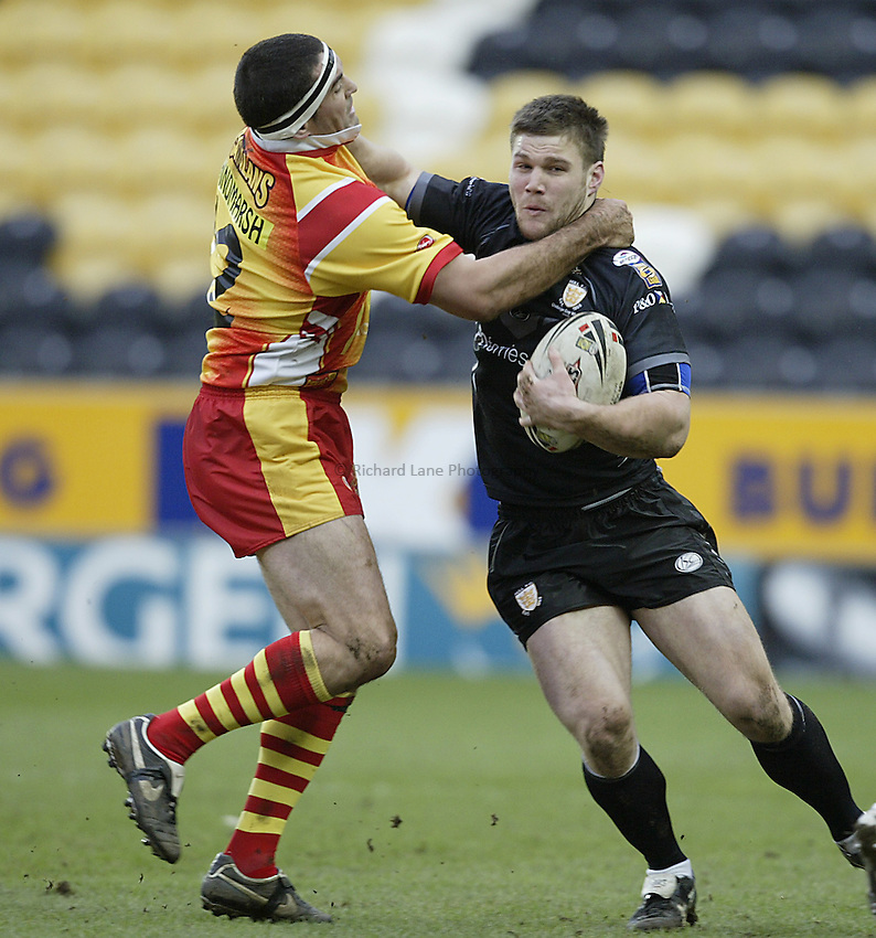 Photo: Aidan Ellis..Hull RL v Les Catalans. Pre Season Friendly. 29/01/2006. .Hull's Kirk Yeaman (R) holds of Les Catalans' Ian Hindmarsh.