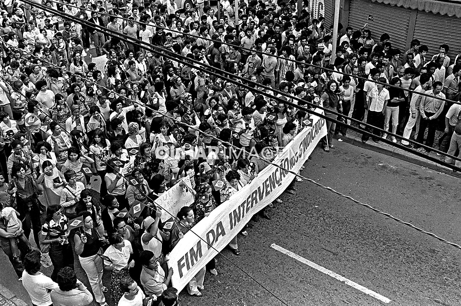 Passeata de mulheres de metalúrgicos do ABC em apoio a greve. SBC. 1980. Foto de Juca Martins.