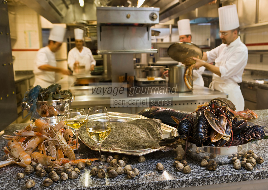 "Europe/France/Ile de France/75008/Paris: Restaurant ""Laurent"" - Accord mets vins les poissons et crustacés dans les cuisines du restaurant"