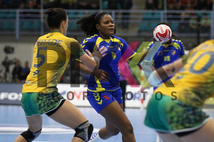 Kolding (DK), 07.12.15, Sport, Handball, 22th Women's Handball World Championship, Vorrunde, Gruppe C, DR Kongo-Brasilien : Consolate Feza(DR Kongo, #04), Daniela Piedade (Brasilien, #05)<br /> <br /> Foto &copy; PIX-Sportfotos *** Foto ist honorarpflichtig! *** Auf Anfrage in hoeherer Qualitaet/Aufloesung. Belegexemplar erbeten. Veroeffentlichung ausschliesslich fuer journalistisch-publizistische Zwecke. For editorial use only.