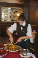 """Afrique/Afrique du Nord/Maroc/Rabat: Hotel Sofitel diwan- Restaurant """"La Brasserie"""" - Découpe et service au guéridon du poulet doré, à la royale"""