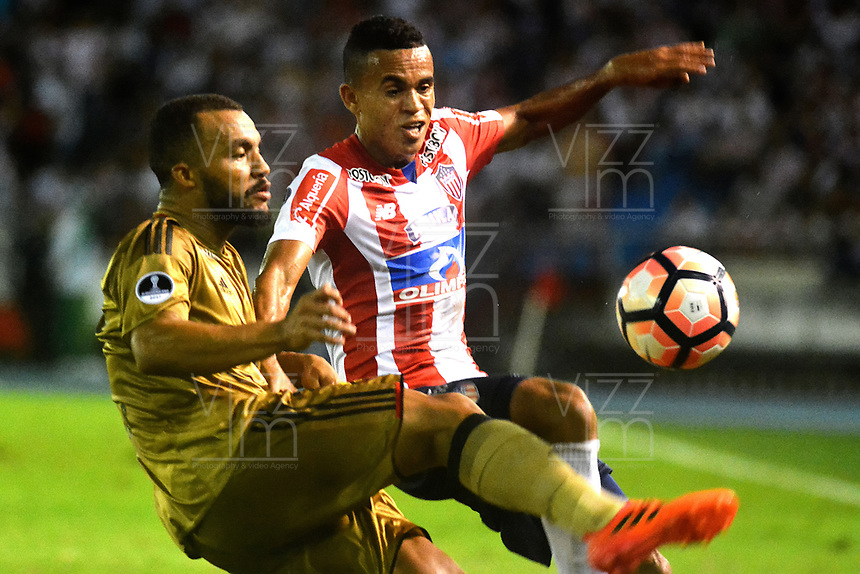 BARRANQUIILLA - COLOMBIA, 02-11-2017: Luis Diaz (Der) del Atlético Junior de Colombia disputa el balón con Samuel Xavier (Izq) jugador de Sport Recife de Brasil durante partido de vuelta por los cuartos de final, llave 3, de la Copa CONMEBOL Sudamericana 2017  jugado en el estadio Metropolitano Roberto Meléndez de la ciudad de Barranquilla. / Luis Diaz (R) player of Atlético Junior of Colombia struggles the ball with Samuel Xavier (L) player of Sport Recife of Brazil during second leg match for the final quarters, key 3, of the Copa CONMEBOL Sudamericana 2017played at Metropolitano Roberto Melendez stadium in Barranquilla city.  Photo: VizzorImage/ Alfonso Cervantes / Cont