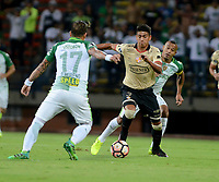 MEDELLIN  -  COLOMBIA - 25 - 05 - 2017: Dayro Moreno (Izq.) jugador de Atletico Nacional, disputa el balón con Xavier Arreaga (Der.) jugador de Barcelona, durante partido de la fase de grupos, grupo 1 fecha 6, entre Atletico Nacional de Colombia y Barcelona de Ecuador, por la Copa Conmebol Libertadores Bridgestone 2017, en el Estadio Atanasio Girardot, de la ciudad de Medellin. / Dayro Moreno (L) player of Atletico Nacional, vies for the ball with Xavier Arreaga (R) of Barcelona, during a match for the group stage, group 1 of the date 6th, between Atletico Nacional of Colombia and Barcelona of Ecuador, for the Conmebol Libertadores Bridgestone Cup 2017, at the Atanasio Girardot, Stadium, in Medellin city. Photos: VizzorImage / Leon Monsalve / Cont.