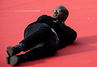 Il regista statunitense Barry Jenkins si sdraia sul red carpet per la presentazione del film &quot;If Beale Street Could Talk&quot; al Festival Internazionale del Film di Roma, 21 ottobre 2018.<br /> US director Barry Jenkins lays down on the red carpet as he arrives for the screening of the film &quot;If Beale Street Could Talk&quot; during the International Rome Film Festival, on October 21, 2018.<br /> UPDATE IMAGES PRESS