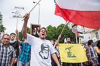 Ca. 1000 Menschen protestierten am Samstag den 11. Juli 2015 in Berlin mit einer Demonstration anlaesslich des anti-israelischen Al Quds-Tag. Sie riefen Parolen wie &quot;Kindermoerder Israel&quot; und &quot;Israel raus aus Palaestina&quot;.<br /> Am sogenannten Al Quds-Tag protestieren weltweit Muslime gegen die Besetzung der palaestinensischen Gebiete durch Israel.<br /> Etwa 2050 bis 300 Menschen protestierten gegen die Demonstration.<br /> Rechts im Bild: Ein Demonstrationsteilnehmer haelt die gelb-gruene Fahne der islamistischen Hisbollah-Partei.<br /> 11.7.2015, Berlin<br /> Copyright: Christian-Ditsch.de<br /> [Inhaltsveraendernde Manipulation des Fotos nur nach ausdruecklicher Genehmigung des Fotografen. Vereinbarungen ueber Abtretung von Persoenlichkeitsrechten/Model Release der abgebildeten Person/Personen liegen nicht vor. NO MODEL RELEASE! Nur fuer Redaktionelle Zwecke. Don't publish without copyright Christian-Ditsch.de, Veroeffentlichung nur mit Fotografennennung, sowie gegen Honorar, MwSt. und Beleg. Konto: I N G - D i B a, IBAN DE58500105175400192269, BIC INGDDEFFXXX, Kontakt: post@christian-ditsch.de<br /> Bei der Bearbeitung der Dateiinformationen darf die Urheberkennzeichnung in den EXIF- und  IPTC-Daten nicht entfernt werden, diese sind in digitalen Medien nach &sect;95c UrhG rechtlich geschuetzt. Der Urhebervermerk wird gemaess &sect;13 UrhG verlangt.]