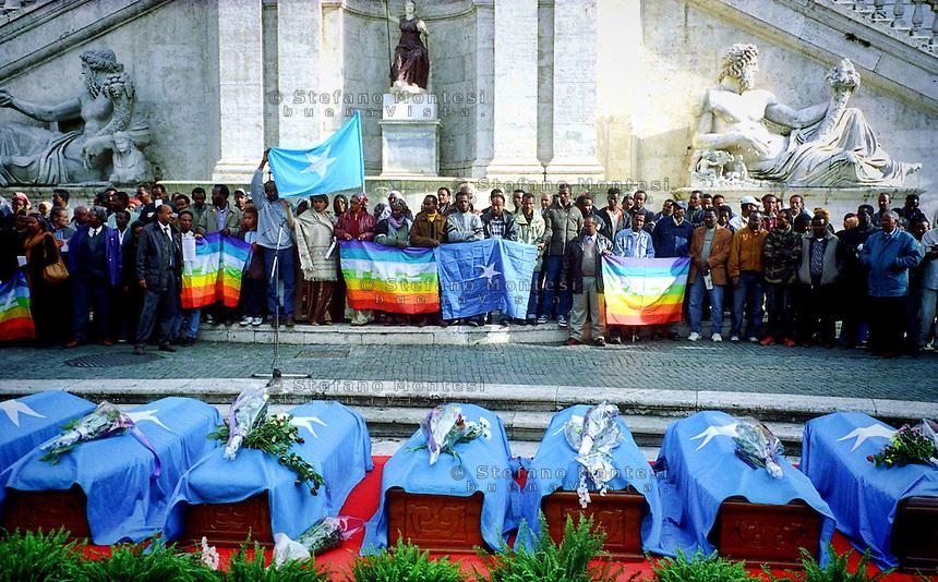 Solemn funeral of 13 Somali migrants drowned in front of the Island of Lampedusa, in Piazza del Campidoglio in Rome, Italy October 24, 2003<br /> Solenni funerali di 13 migranti somali morti annegati davanti all'Isola di Lampedusa, in piazza del Campidoglio a Roma, Italia 24 Ottobre 2003.