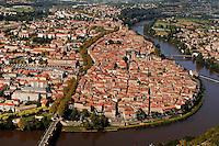 Les contours de la vieille ville de Cahors sont nettement identifiables,  limite par le boulevard Gambetta et le Lot..Contours of the old town of Cahors are definitely identifiable, limit by the Gambetta boulevard and the Lot.