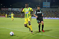 BUCARAMANGA - COLOMBIA, 22-03-2018: Franco Arizala (Izq) jugador del Atlético Bucaramanga disputa el balón con Diego Braghieri (Der) jugador de Atletico Nacional durante partido por la fecha 8 de la Liga Águila I 2018 jugado en el estadio Alfonso López de la ciudad de Bucaramanga. / Franco Arizala (L) player of Atletico Bucaramanga struggles the ball with Diego Braghieri (R) player of Atletico Nacional during match for the date 8 of the Aguila League I 2018played at Alfonso Lopez stadium in Bucaramanga city. Photo: VizzorImage / Oscar Martínez / Cont