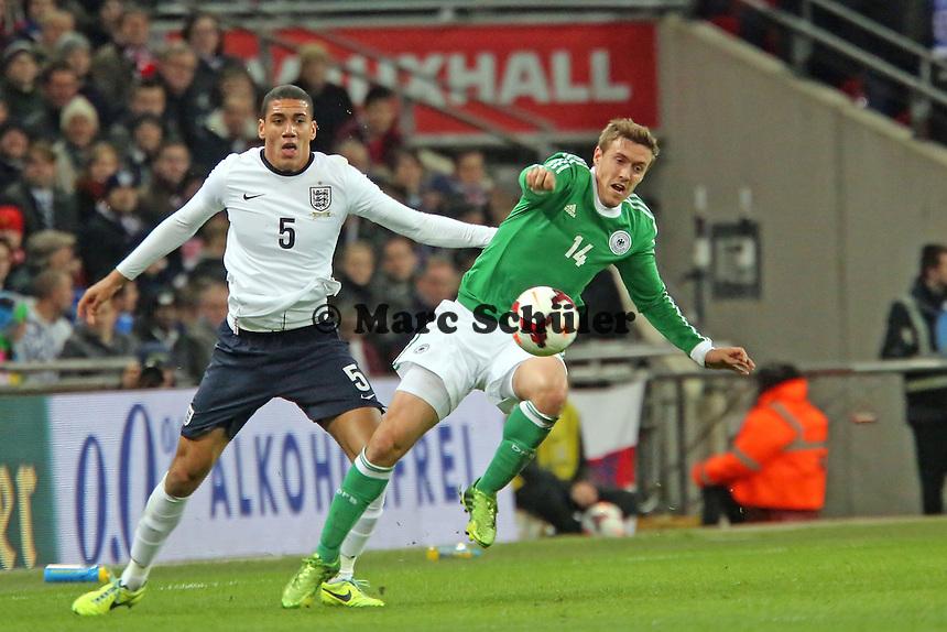 Chris Smalling (ENG) gegen Max Kruse (D) - England vs. Deutschland im Wembley Stadium