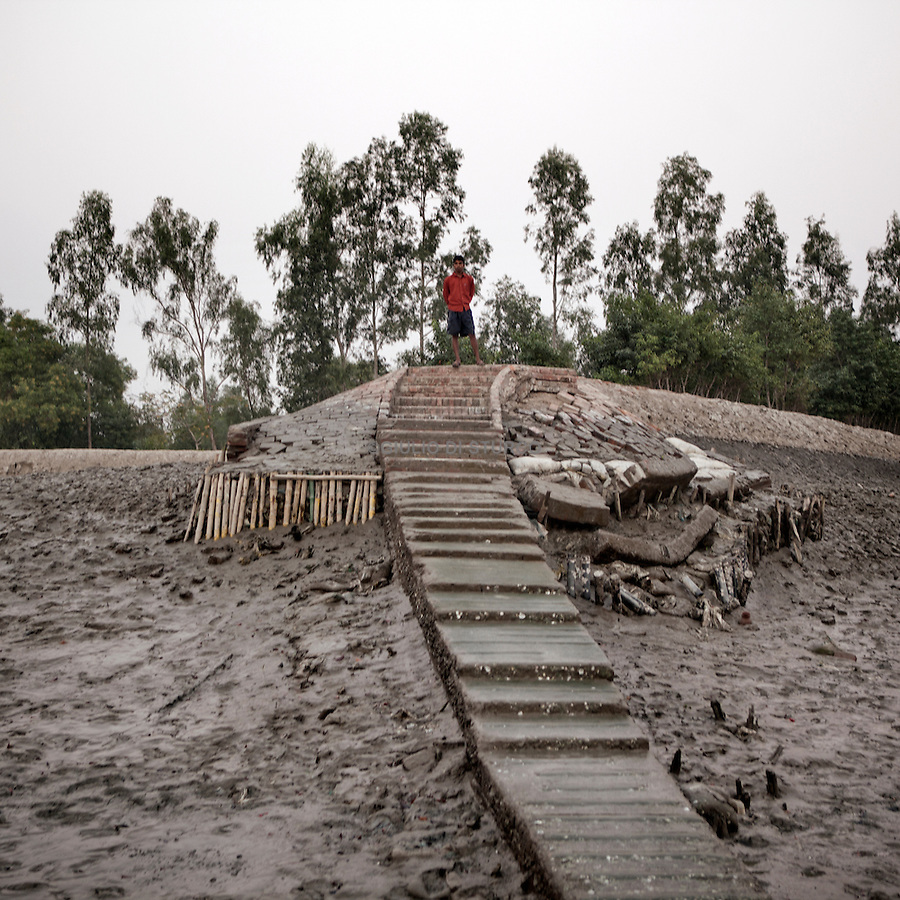 Sudhanya Khali, Unesco reserve in the Sundarban with more than 100 islands,home to the largest mangrove forest in the world,Younge guy waiting for his father to come back from the fishing,  9 December 2010...