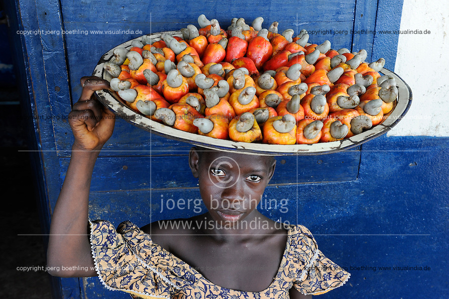 SIERRA LEONE Tombo , girl sells cashew nut and fruit on plate at the market / SIERRA LEONE Fischerhafen Tombo, Maedchen verkauft Kaschu Nuesse mit Kaschufrucht