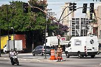 SAO PAULO, SP, 11 MARÇO 2013 - SEMAFOROS APAGADOS.  Semaforos da Av Salim Farah Maluf no cruzamento com a Av. Vila Ema  na  Prudente estao apagados depois da forte chuva do ultimo sabado (09).FOTO ALE VIANNA - BRAZIL PHOTO PRESS.