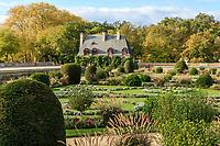 France, Indre-et-Loire (37), Chenonceaux, château de Chenonceau, le jardin de Diane de Poitiers et la Chancellerie