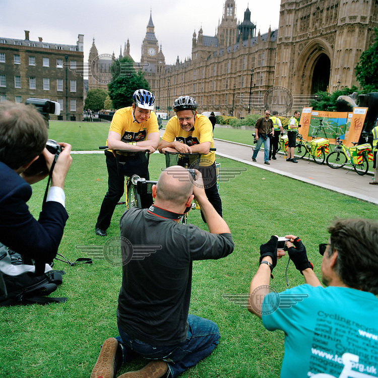 The then Minister for Sport, Richard Caborn MP, leads other MPs in a show of support for the London Grand Depart of the Tour de France. Abingdon Street Gardens, often referred to as College Green, is the small patch of land that lies next to the Houses of Parliament in Westminster, London. ..