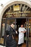 """20081001 - France - Bourgogne - Dijon<br /> JEAN-PIERRE BILLOUX ET SON FILS ALEXIS (LA RELEVE) A LA TETE DU RESTAURANT """"LE PRE AUX CLERCS"""", PLACE DE LA LIBERATION A DIJON.<br /> Ref : BILLOUX_010.jpg - © Philippe Noisette."""