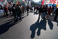 BUENOS AIRES, ARGENTINA, 08 JUNHO 2012 - MANIFESTACAO BUENOS AIRES - Sindicatos e parte de organizações sociais do CTA (Central de Trabalhadores Argentinos) marcha à Plaza de Mayo, como parte de um dia nacional de protestos em 100 pontos do país. Reivindicações incluem um aumento dos salários e pensões e da abolição da Lei Anti-Terrorista, entre outros. FOTO: PATRICIO MURPHY - BRAZIL PHOTO PRESS.