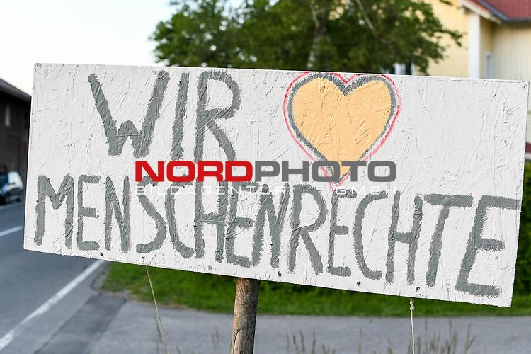18.05.2020, Ortanfang Weiler, Weiler-Simmerberg, GER, , ein Anwohner hat einige Protestschilder, die bei den derzeitigen Corona-Protesten verwendet werden, am Strassenrand aufgestellt.<br /> im Bild Protestschild mit Bezug auf Menschenrechte<br /> <br /> Foto © nordphoto / Hafner