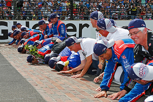 Verizon IndyCar Series<br /> Indianapolis 500 Race<br /> Indianapolis Motor Speedway, Indianapolis, IN USA<br /> Sunday 28 May 2017<br /> Takuma Sato, Andretti Autosport Honda kisses the bricks with his team<br /> World Copyright: Phillip Abbott<br /> LAT Images<br /> ref: Digital Image abbott_indyR_0517_34191