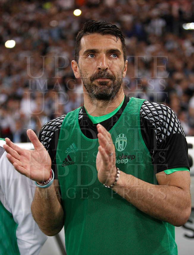 Calcio, Tim Cup: finale Juventus vs Lazio. Roma, stadio Olimpico, 17 maggio 2017.<br /> Juventus' goalkeeper Gianluigi Buffon prepares for the start of the Italian Cup football final match between Juventus and Lazio at Rome's Olympic stadium, 17 May 2017.<br /> UPDATE IMAGES PRESS/Isabella Bonotto