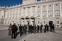 MADRI, ESPANHA, 06 JANEIRO 2013 - PARADA MILITAR ANO NOVO - Jornalistas aguardam o Rei Juan Carlos durante Parada Militar do Ano Novo no Palacio Real de Madri capital da Espanha, neste domingo, 06/01/2013. (FOTO: MIGUEL CORDOBA / ALFAQUI / BRAZIL PHOTO PRESS).