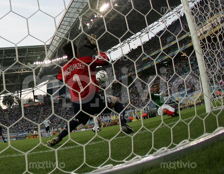 Fussball WM 2006  Achtelfinale   Argentinien - Mexiko , Argentina - Mexico  Rafael MARQUEZ (MEX) schiesst das 1:0 gegen Torwart Roberto ABBONDAZIERI (ARG)